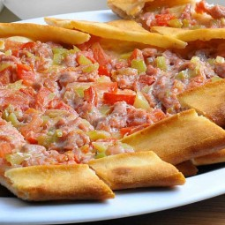 Пицца с фаршем и свежими овощами